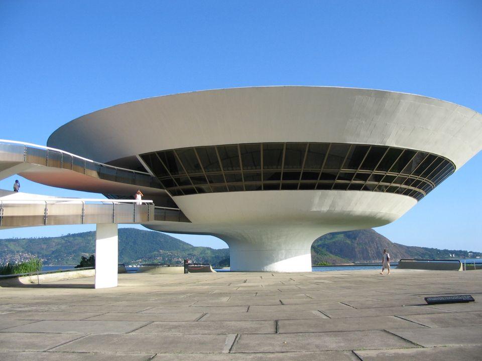 Le Musée d'Art Contemporain de Nitéroi au Brésil a été dessiné par Oscar Niemeyer. Un bâtiment futuriste et révolutionnaire semblable à une soucoupe volante nous transporte dans un nouvel univers. Structure à double courbure posée sur une falaise, faisant face à la baie de Rio, ce bâtiment reste un des chefs d'œuvre de l'architecture contemporaine.