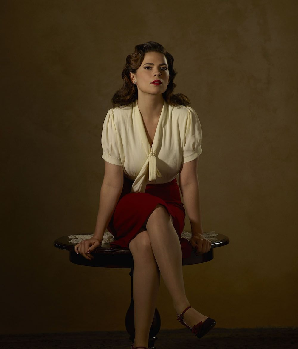 entertainingtheidea:The cast of Agent Carter strike a pose in these new promotional photos for the series upcoming second season, which will debut on January 19th with two episodes, The Lady in the Lake and A View in the Dark. Read below their official synopses. Czytaj dalej