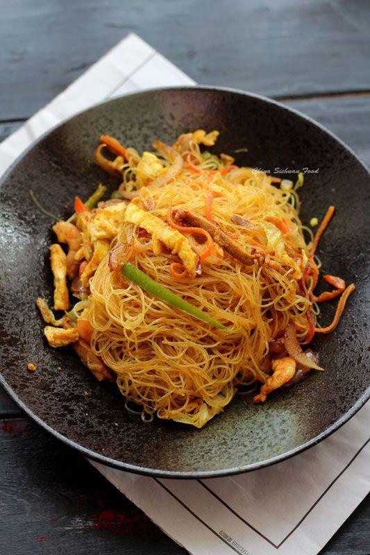 Eccoci a raccontare un'altra ricetta di Elaine la responsabile del Blog CHINA SICHUAN FOOD(www.chinasichuanfood.com). Si tratta di un buonissimo piatto di Noodles saltati con verdure, gamberetti e Curry. Un piatto davvero molto popolare al di fuori della Cina. Spesso nei ristoranti cinesi lo mangiamo ma non sappiamo che non è propriamente tipico cinese ma è un piatto di Singapore. LoContinue Reading