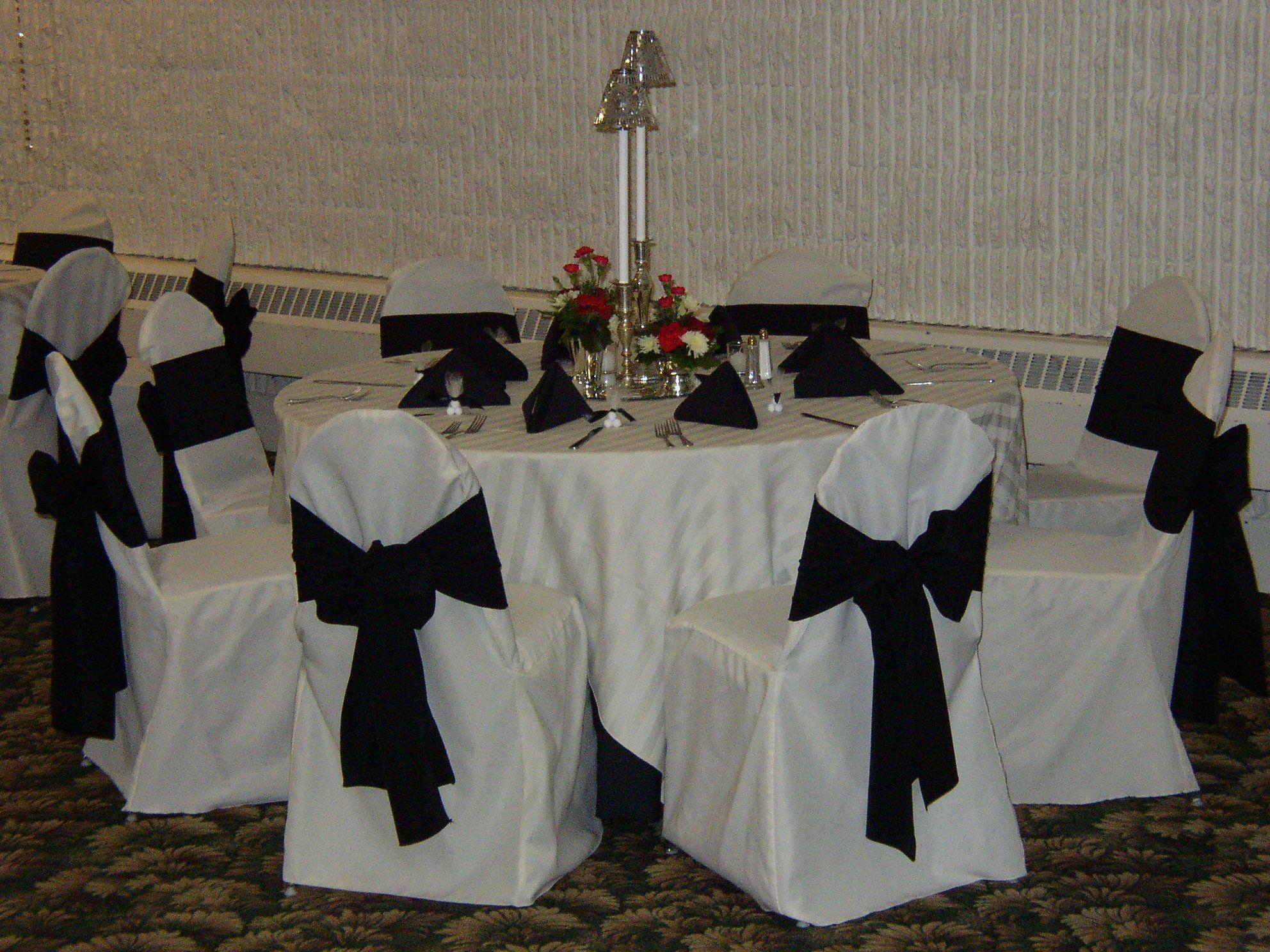 white satin strip overlay black floor length black napkins white rh pinterest com