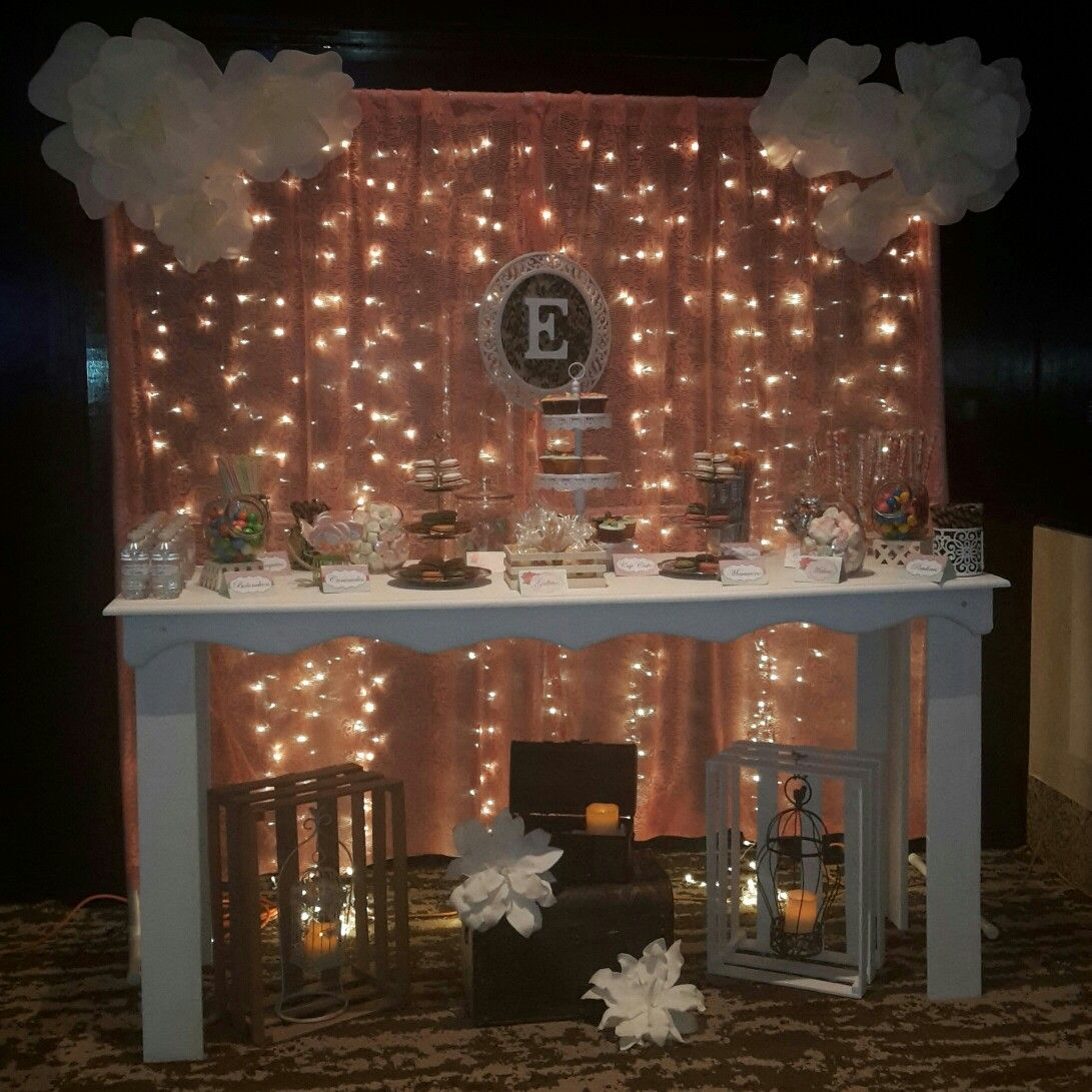 Mesa de candy bar con backdrop de cortina de luces tela y - Decoracion con luces ...