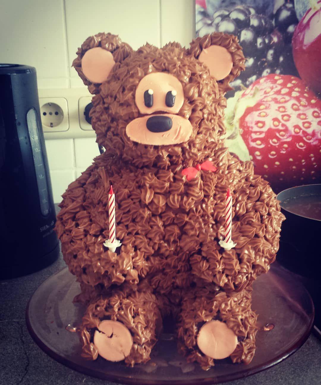 So heute gibt es mein persönliches Highlight meiner bisherigen Hobbybäcker-Karriere. Den Bären zum zweiten Geburtstag meiner Nichte. Das war vielleicht eine Arbeit, aber sie hatte sich gelohnt. So stolz war ich noch nie auf mich 😅