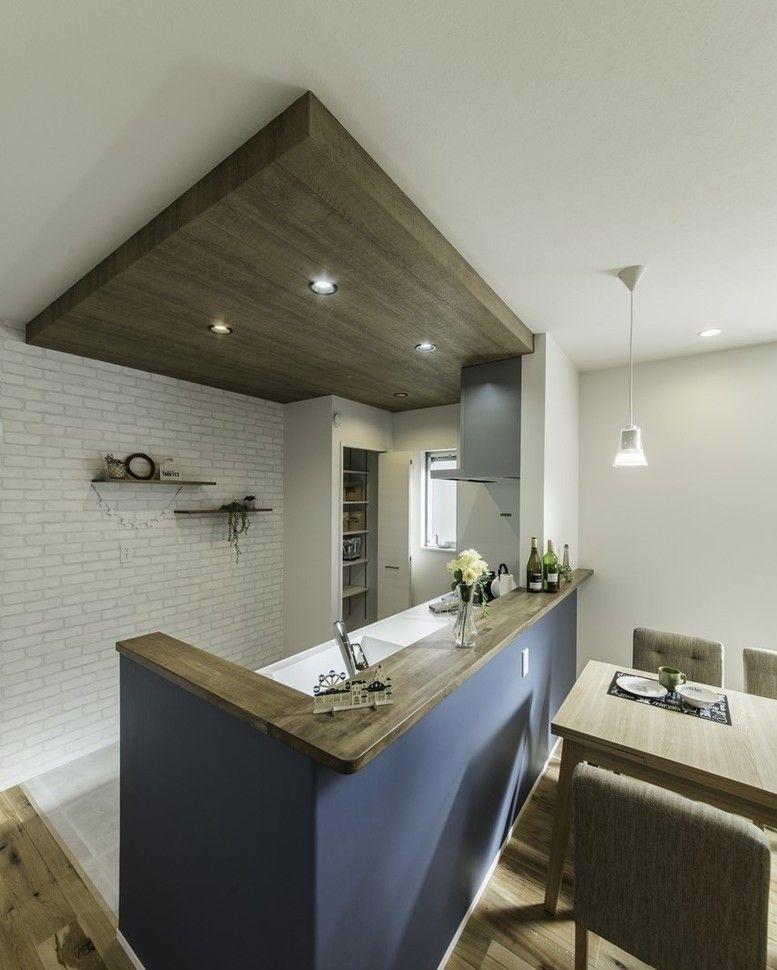 カナルホーム On Instagram 白のレンガ調と紺色の壁紙 カウンターは ダークブラウンの塗装をし かっこいいキッチンに仕上げました 当社の資料が欲しい方 Kanalhome Siryouseikyu キッチンインテリアデザイン リビング キッチン キッチン デザイン