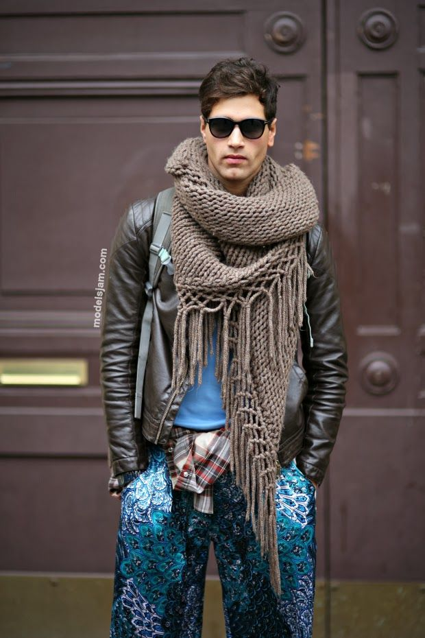 Love seeing men in scarves. Wish American guys would do this more. Off duty in Milan In a big cozy scarf.