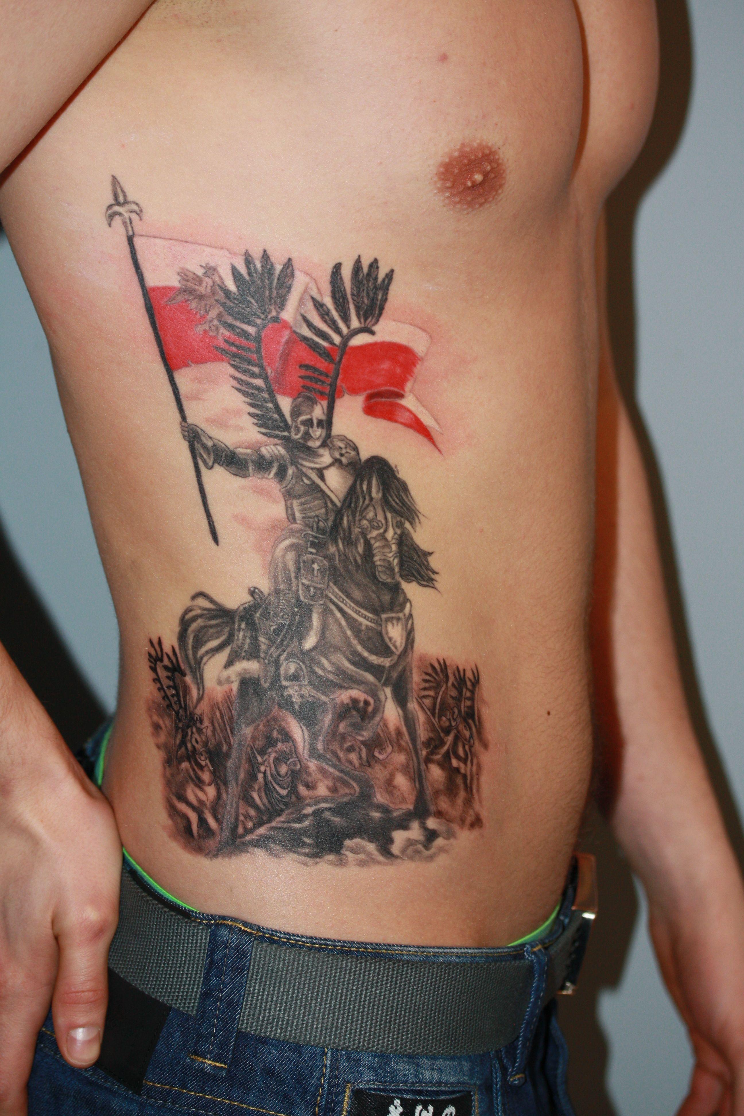 Tatuaż Przedstawiający Husarza Z Flagą Polski Wykonanie