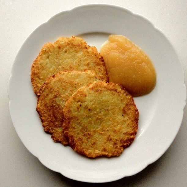 Reibekuchen (Kartoffelpuffer) mit Apfelmus