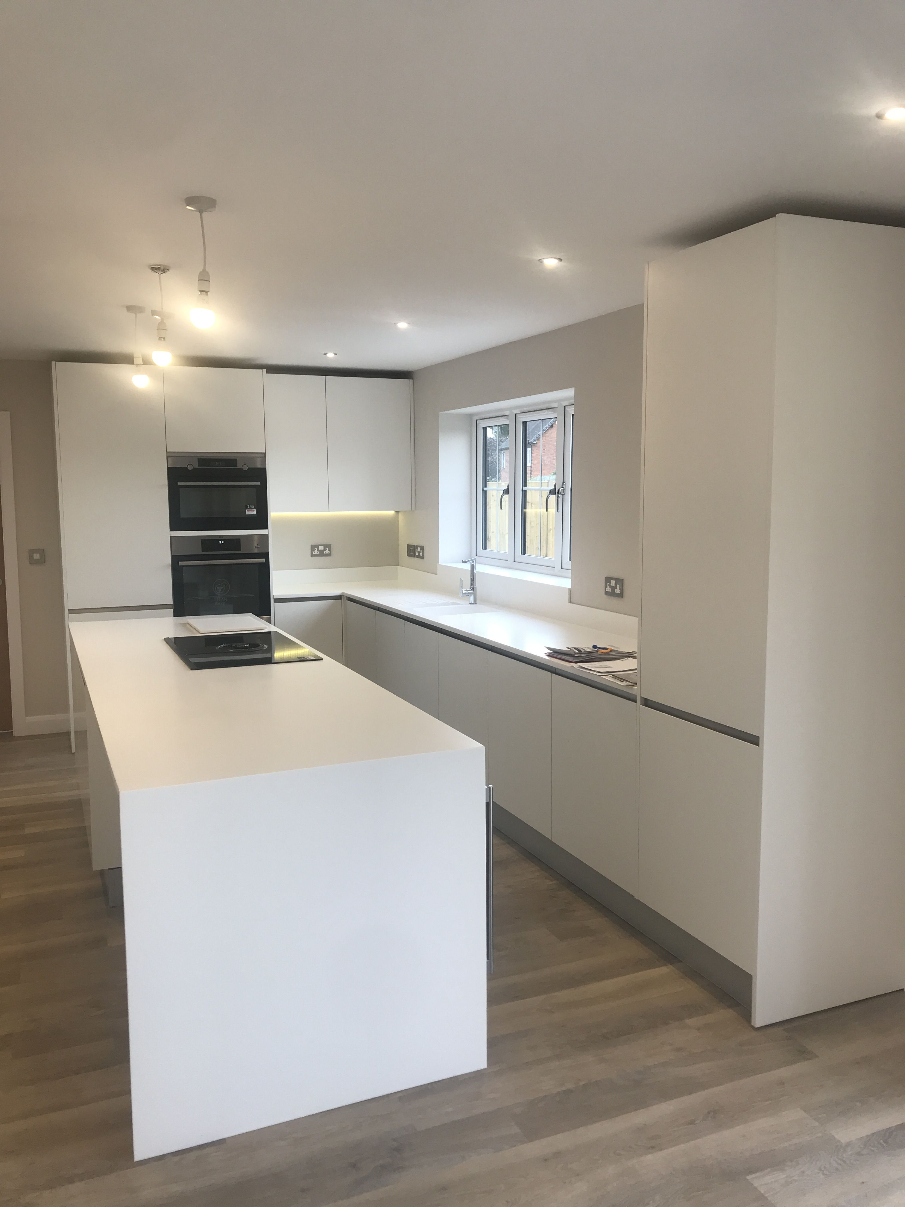 This Gorgeous Porcelanosa Kitchen Is Immaculate And Modern The Snow White Krion Worktops Gives This Kitchen Such A Sophisticated Look Another A Interer Kuhnya