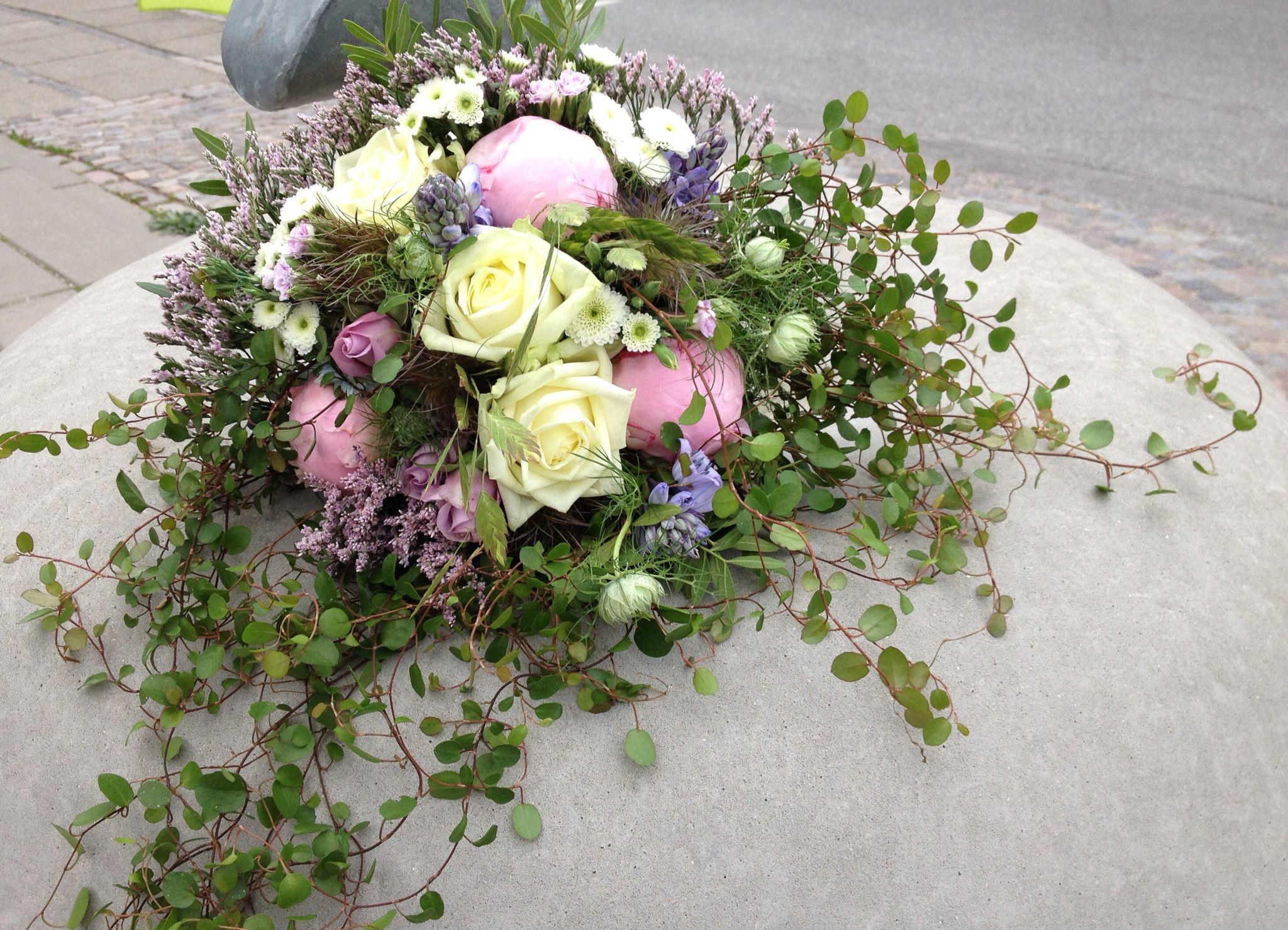 Ugens Brudebuket med sommerblomster og pletter i luften
