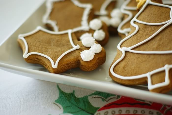 my very favorite gingerbread cookie recipe + simple ideas for decorating. ::: Simple Decorated Gingerbread Cookies @bakeat350