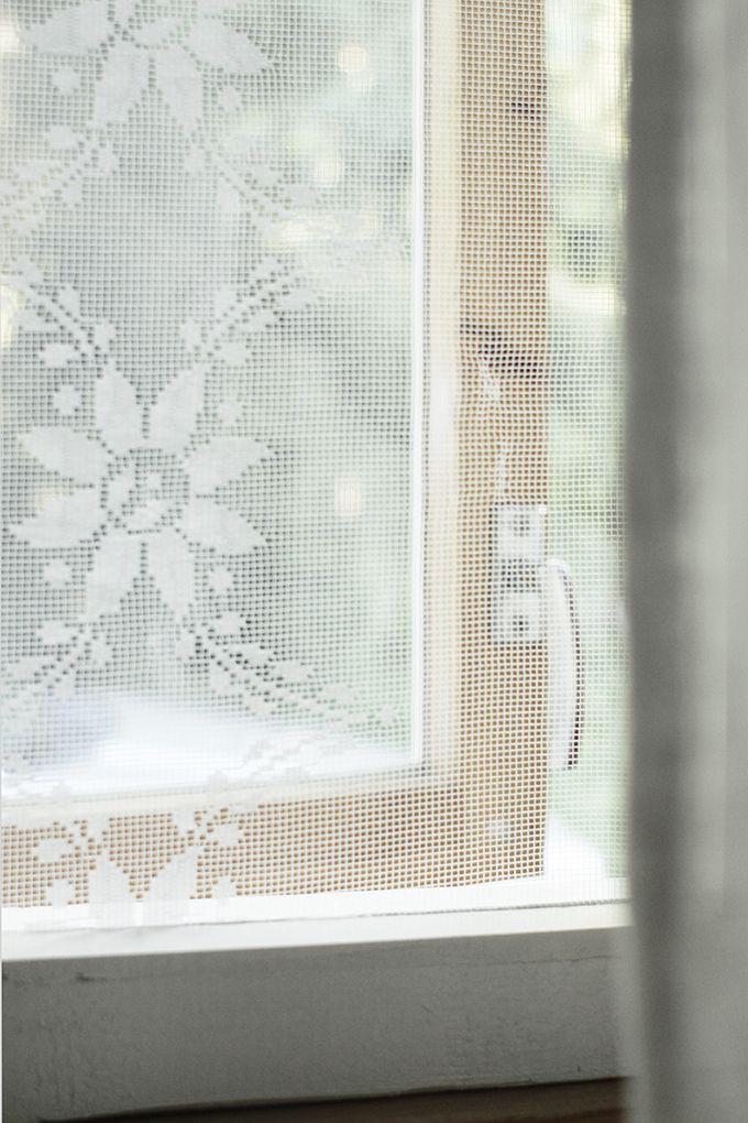 Pistin tänään pienemmän päiväunien aikaan töpinäksi ja näpräsin nopsaan tuollaisen hyttysverkon meidän kesähuoneen ikkunaan. Puurimasta kaksi ikkuna-aukon kokoista kehystä, maalasin ne Helmi-maalilla (kuivui nopeasti) ja leikkasin vanhasta pitsiverhosta sopivan kokoisen palasen. Se liimalla kiinni ja kehykset yhteen. Ikkuna-aukkoon sen saa tiiviisti muutaman huopatassun avulla ja vedin tuonne ulkopuolelle vielä liimapaperinauhan, niin ei mahdu imijät sitten …