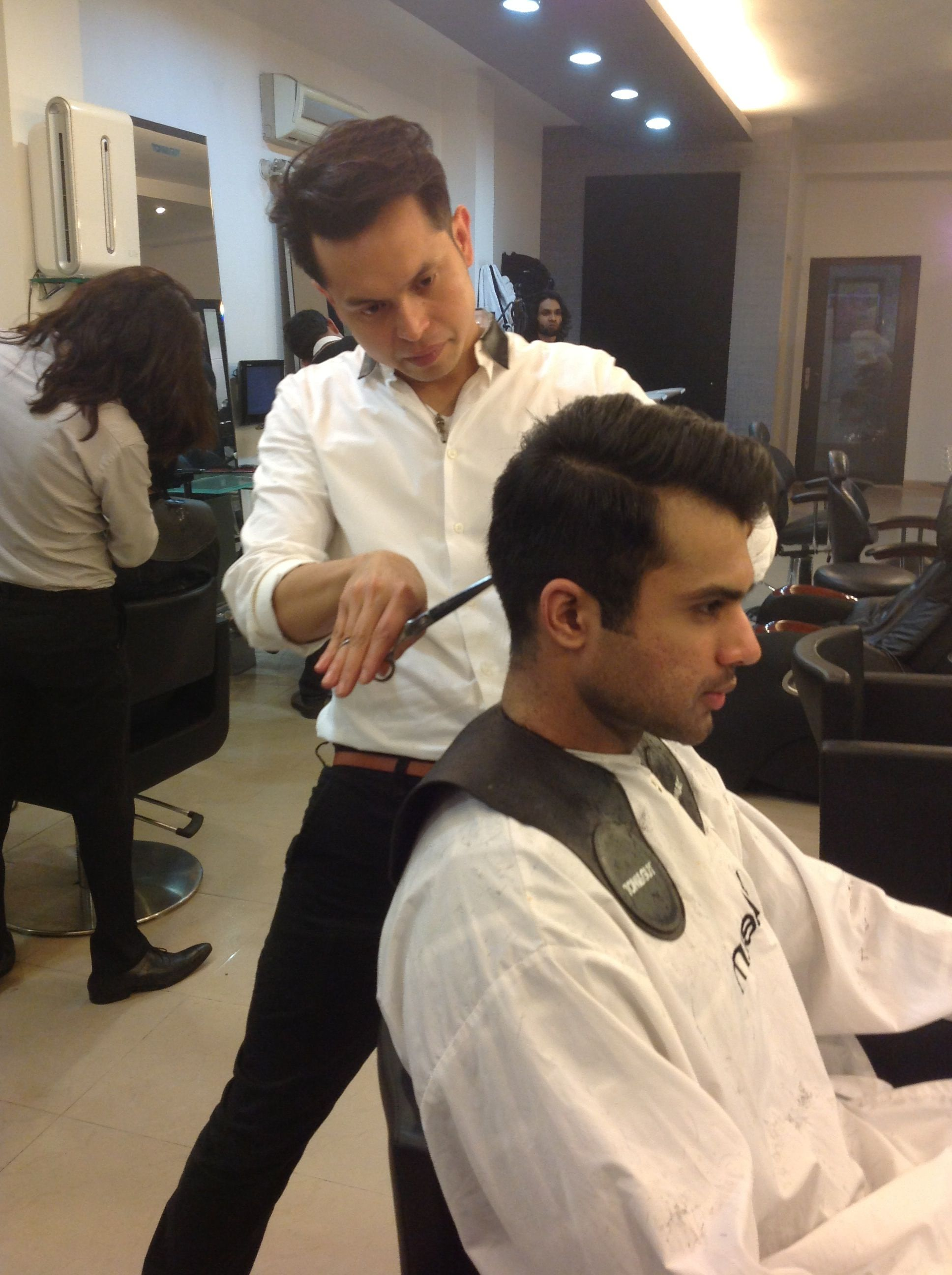 Shammal Qureshi Giving A Haircut To A Model Toniguy Lahore Mm