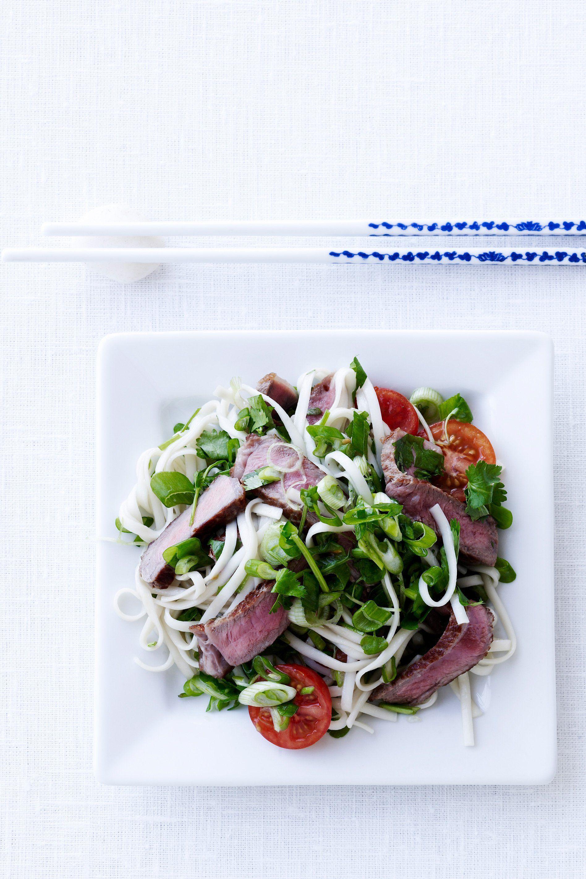 Nudelsalat med oksekød SlankeDoktor.dk  En lækker asiatisk inspireret og mættende middagssalat med oksebøffer og friske urter.