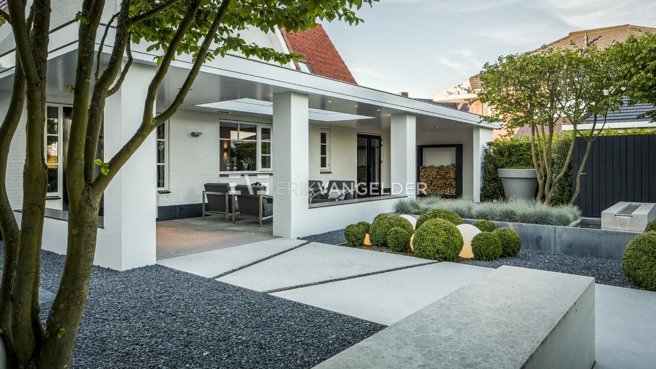 Moderne villatuin Middelburg. Veranda aan de woning waarbij de ...