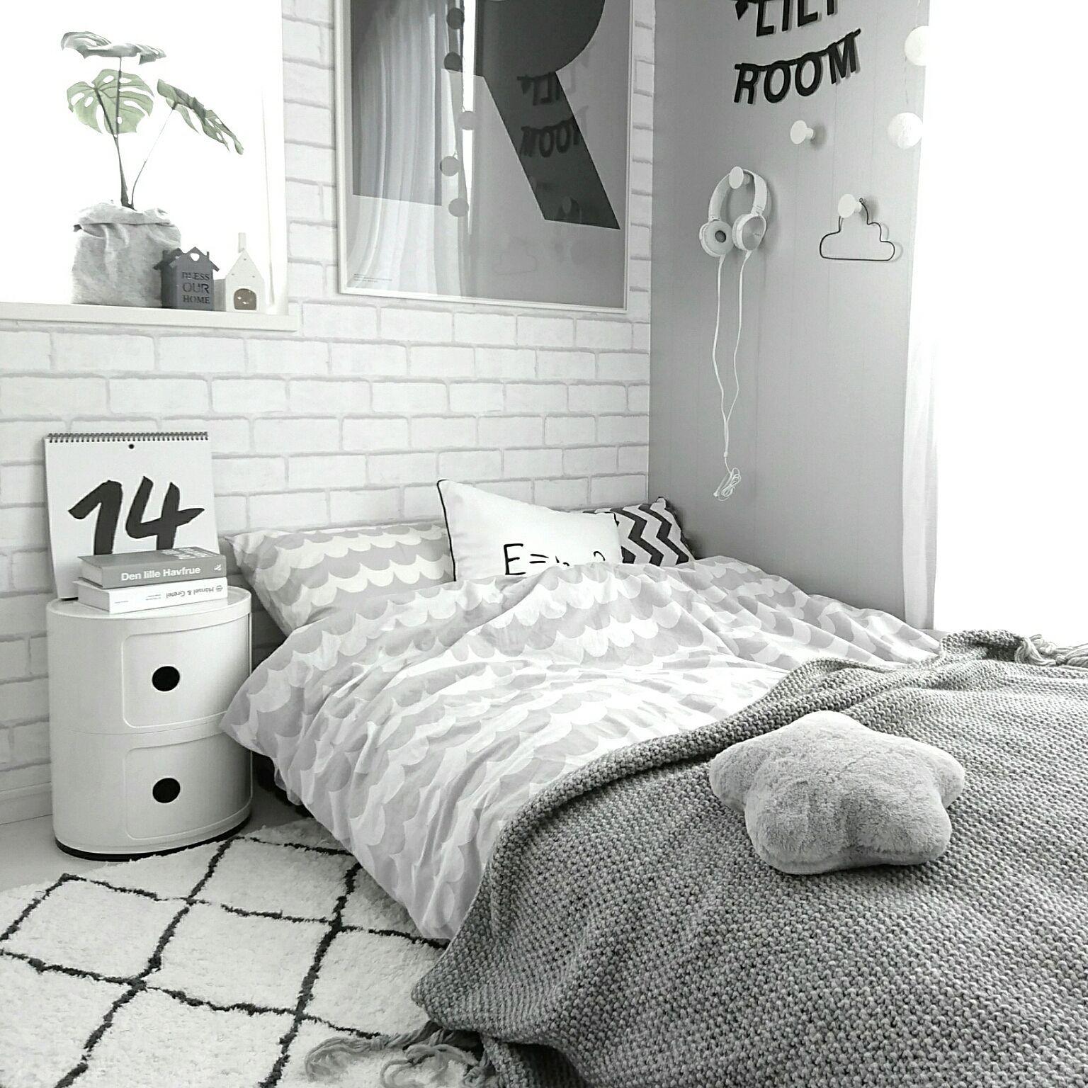 ベッド周り モノトーン 白黒 北欧 アート などのインテリア実例