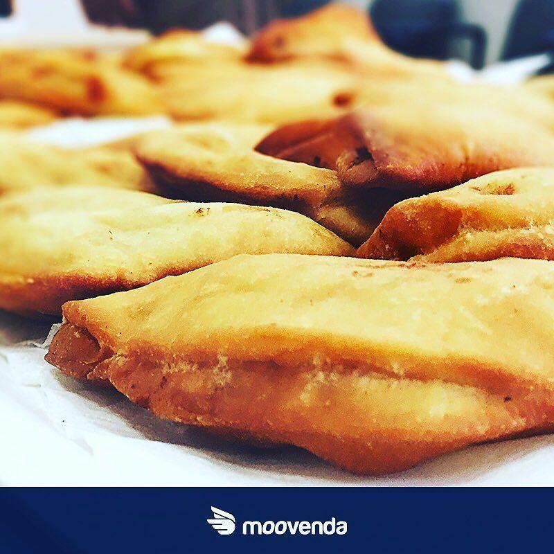 http://bit.ly/panzerottiMoov @PANZEROTTIANDFRIENDS è la storia di una famiglia di fornai (dal 1960) che per la gioia dei romani ha deciso di lasciare Altamura e di mettersi in gioco nella capitale. Tutte le loro ricette sono segrete ma il gusto e la qualità dei panzerotti sono una certezza. Provali te ne innamorerai! #moovendiamo #food #delicious #foodie #foodlovers