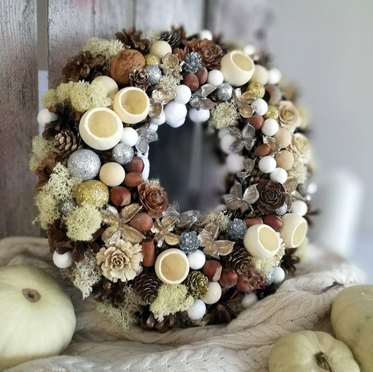 Wianek Jesienny Z Szyszek W Bieli Swiateczne Atelier Christmas Wreaths Burlap Wreath Holiday Decor