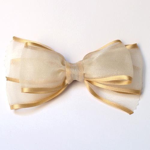 Lazo doble para el pelo, de gasa con ribete de raso en color dorado. Cosido a mano. Original de Nataly, la tienda de los lazos, Zaragoza.