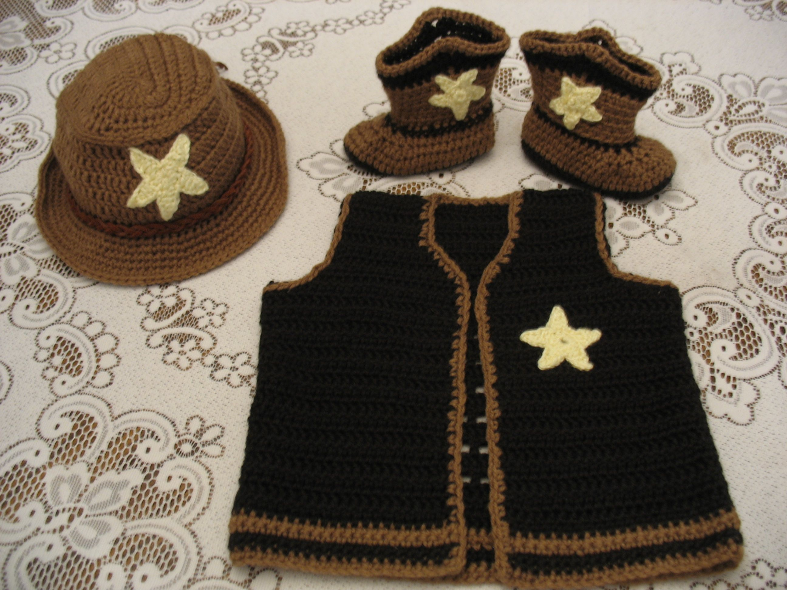 Crochet baby cowboy hat, cowboy boots and vest. Gehaekeltes ...