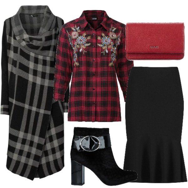 ae50d0d79b Outfit di tendenza ispirato alle passerelle di questo autunno inverno,  composto da camicia a quadri rossa, gonna nera e cardigan lungo.