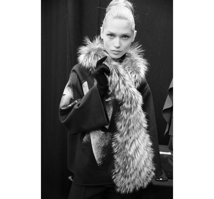 Hana Jirickova en backstage du défilé Carolina Herrera automne-hiver 2014-2015 http://www.vogue.fr/mode/inspirations/diaporama/fashion-week-new-york-les-coulisses-automne-hiver-2014-2015-jour-3-fw2014/17490/image/938329#!hana-jirickova-en-backstage-du-defile-carolina-herrera-automne-hiver-2014-2015