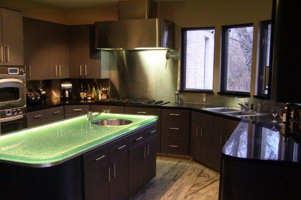 Elegantna kuhinja sa staklenom radnom površinom