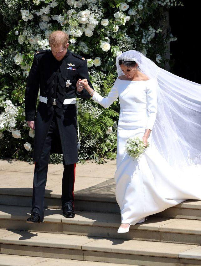 la duquesa de sussex con zapatos de diseño en seda satinada de
