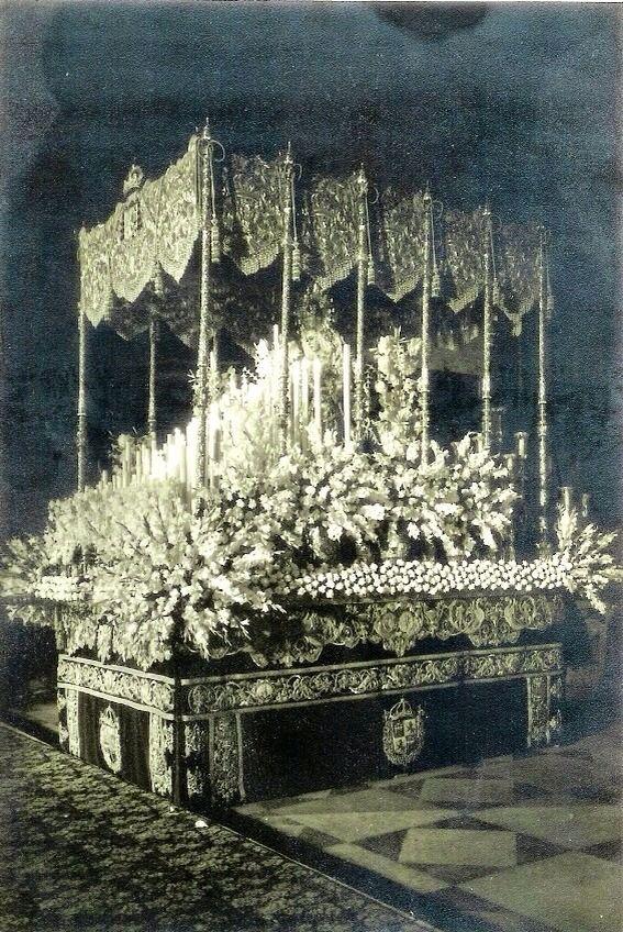 Esperanza Macarena con un exorno floral exuberante propio de los años 70.