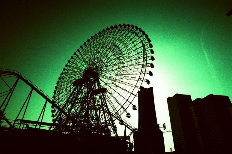 その他一眼レフ - あしたは明日の風 -  横浜  観覧車  ←私にはいつも絵にならない被写体のひとつ  クロスプロセス  Fuji_Velvia50  トイラボ  - Camera Talk -