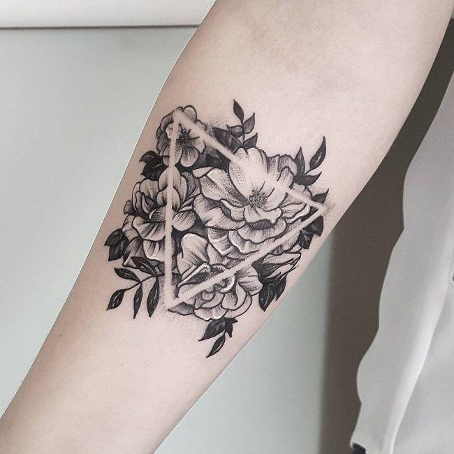 ae9ee6d5a9af3 bloemen driehoek tatoeage Tattoo Triangle, Triangle Tattoo Meaning, Geometric  Tattoos, Dot Tattoos,