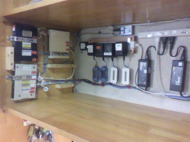 側面にlan配線 奥壁に電源類を 配線整理しました 片付け収納 配線