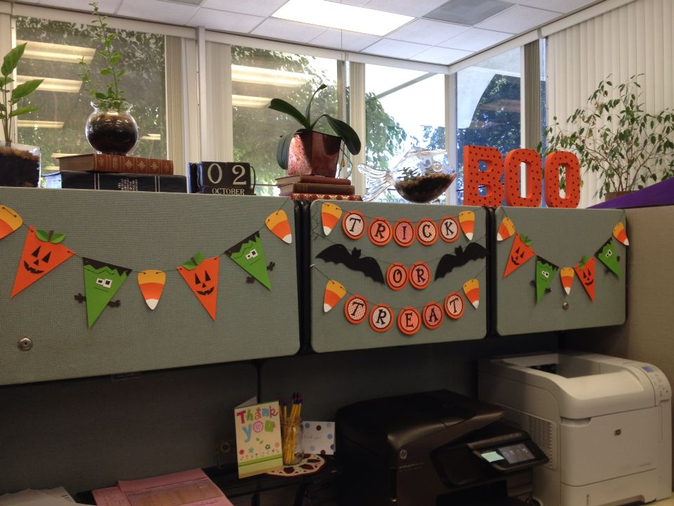 Halloween cubicle decor banners pinterest halloween Cubicle desk decorating ideas