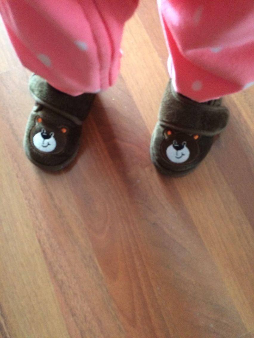 Una zapatos tipo pantuflas increíbles para tus peques , puedes ponérselos cuando despierten y aun estén en fijama.. En tiempo de frío y en lugares frío los va a sentir muy cómodos