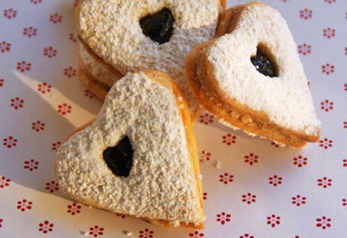 Wunderschöne Johannisbeer Herzen sind genau richtig für verliebte. Das Rezept für süße Momente und auch ideal für Weihnachten.