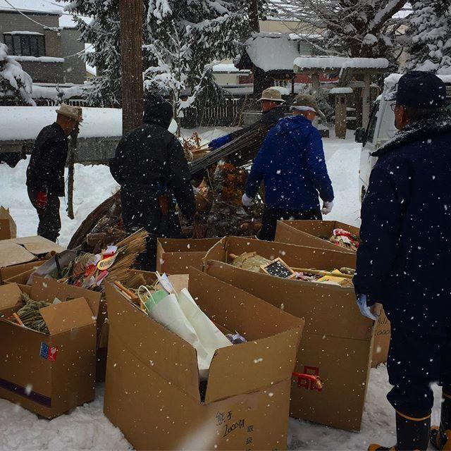 おはようございます🌨 #林です 🐦  奉仕会・巴会様のご協力のもと『おさいとう』の準備が始まりました。  まずは、お焚き上げする古札・古守りと境内に置いていかれたゴミを分別作業です。
