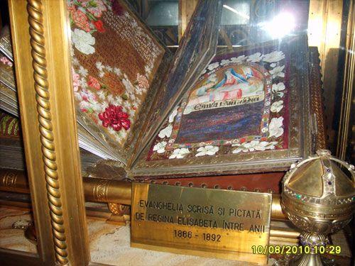 Evanghelia scrisa si pictata de Regina Elisabeta a