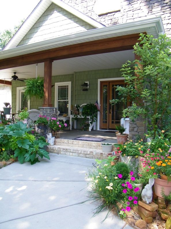 i love the cottage feel to this pretty lil home great landscaping rh pinterest com