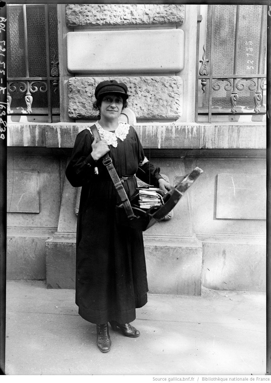 Femme facteur, Jeanne Decorne [la factrice distribuant le