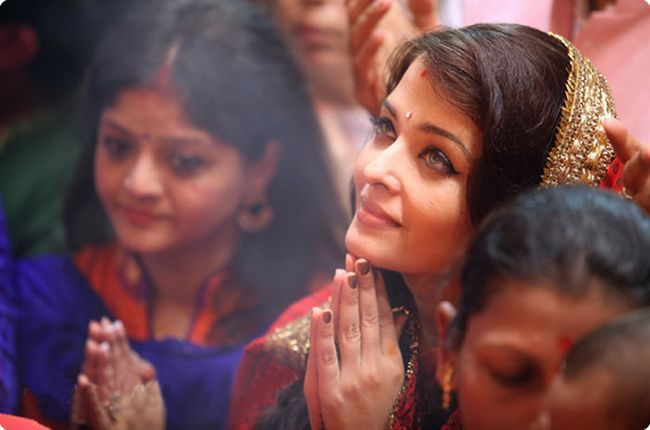 # AishwaryaRai सोलिब्रिटी लालबागच्या राजाच्या चरणी...