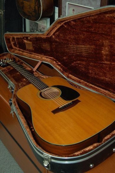 Martin Guitars 1976 Martin D18 With Original Case 2500 00 Lawman Guitars Acoustic Guitar Guitar Acoustic Guitar Lessons