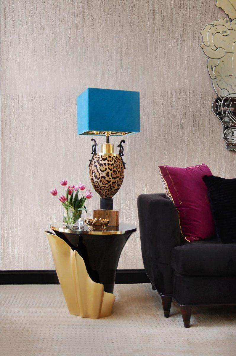 Zajímavá kombinace zlaté s černou a kontrastní modrou na stínidle lampy.
