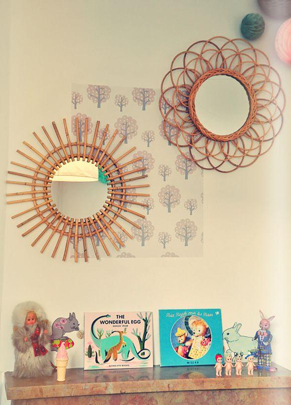 La chambre bébé de Sasha | Miroir vintage, Miroir soleil et Rotin