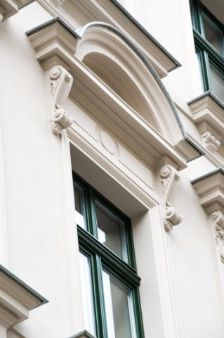 Mit Bordüren gestaltete Fenster im klassischen Stil - realisiert durch die IMMOVARIA GmbH