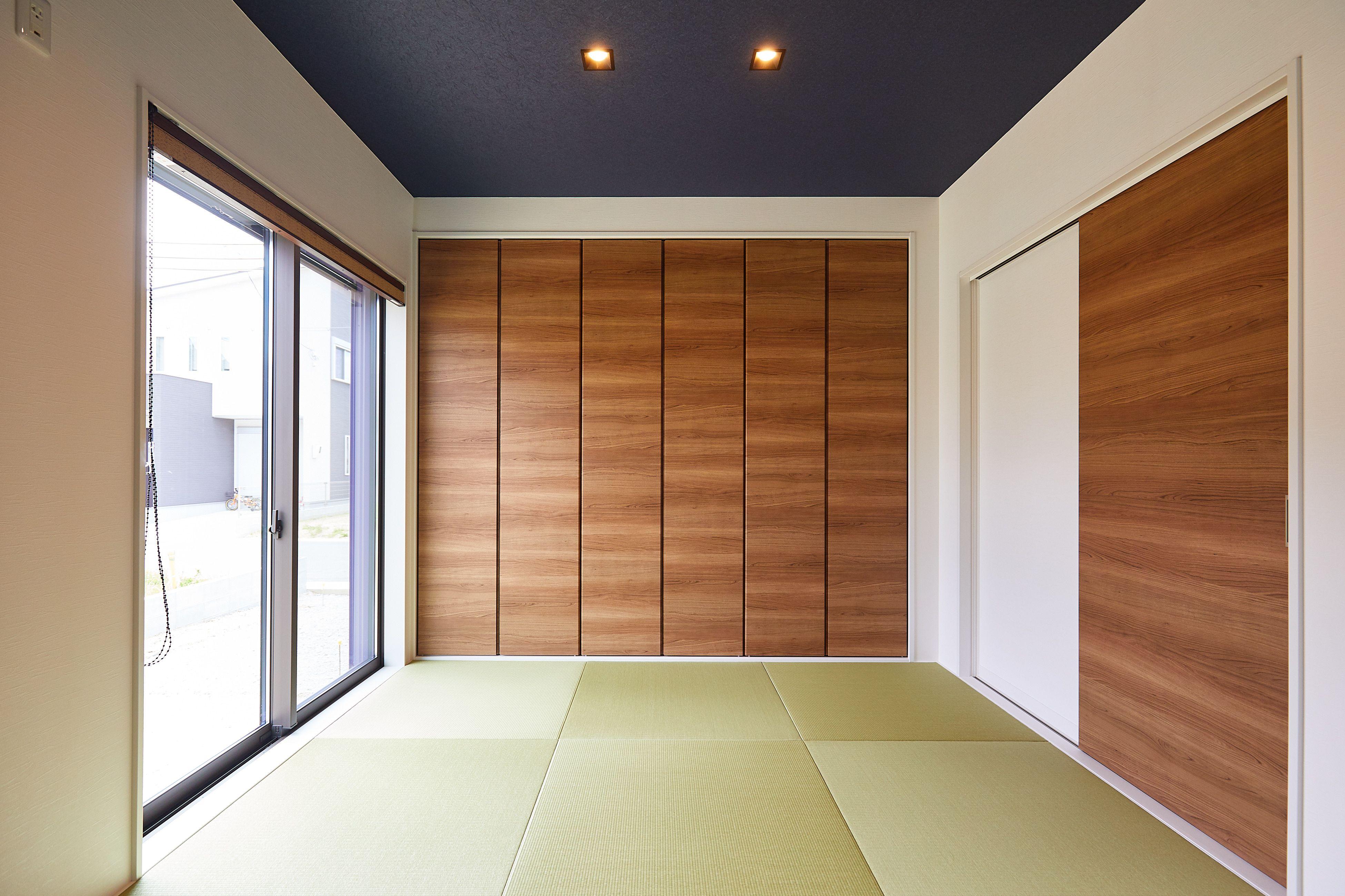 天井には留紺 とまりこん の壁紙を 雰囲気のあるシックな空間に