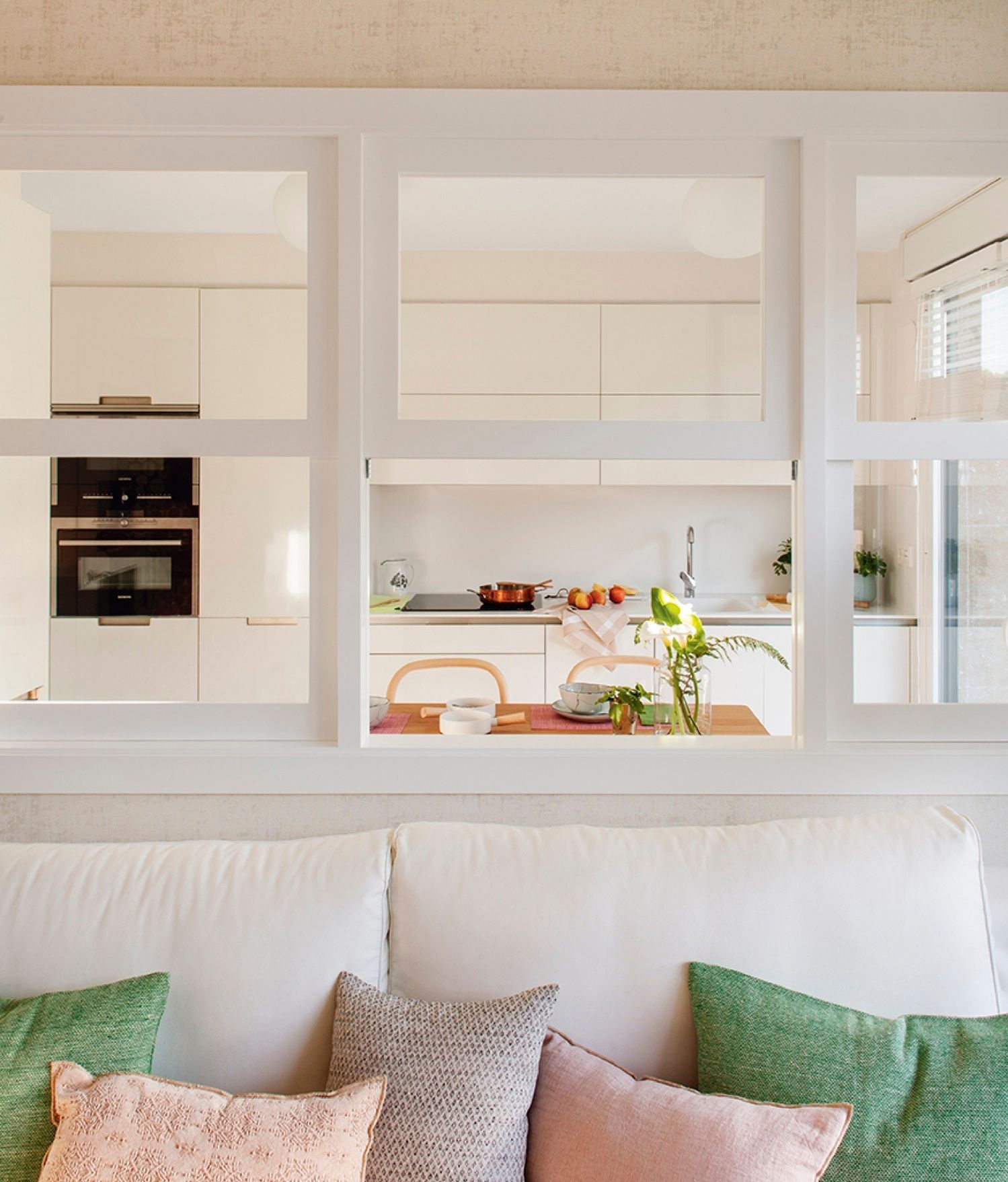 Ventana que conecta la cocina y el sal n 411866 ideas - Luz para cocinas ...