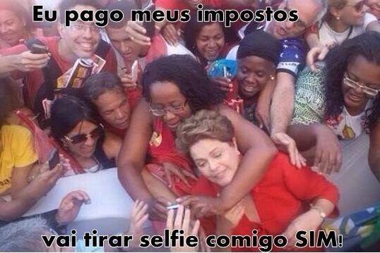 """…teve até """"gravata"""" em busca do melhor ângulo!   13 Momentos De Alegria Na Campanha Da Dilma"""