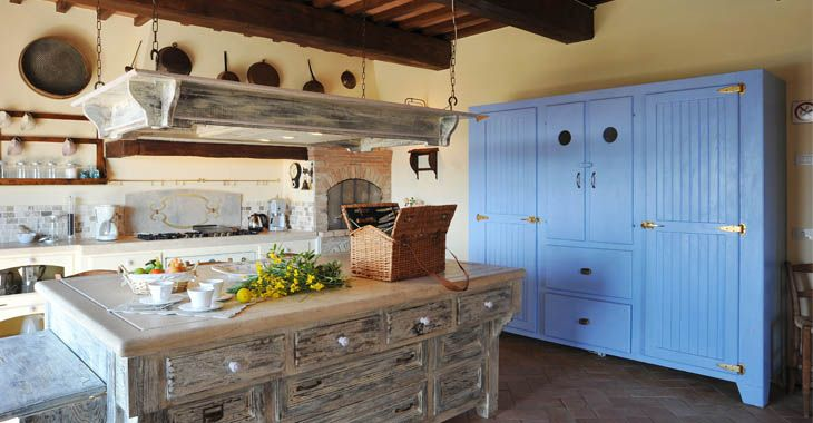 I don't really now why but I kind of like this kitchen. It is rustic, but cute.