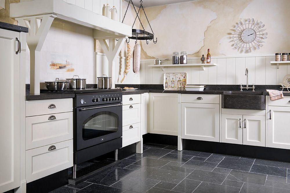 Creme Kleurig Landelijke Keuken Met Authentieke Schouw En Komgreepjes Keuken Landelijke Keuken Keuken Nieuw