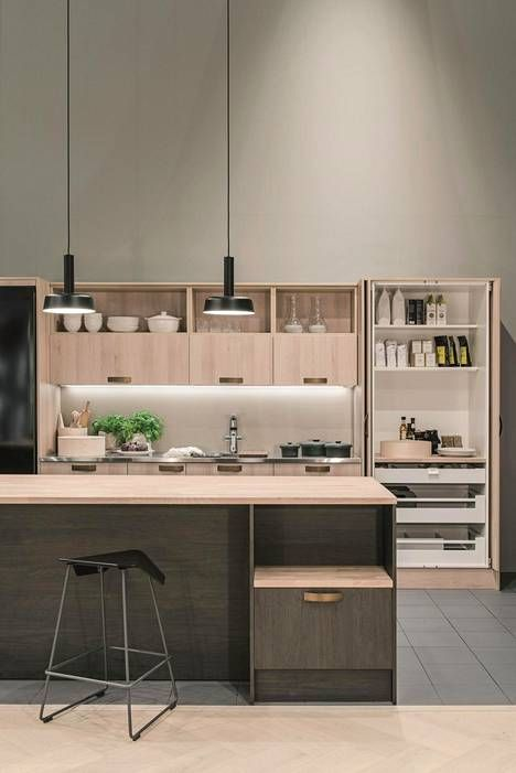 Aamiaiskaappi löytyy nyt monelta keittiövalmistajalta. Topi-keittiöiden Aitta-keittiössä on pyökin sävyiset ovet.