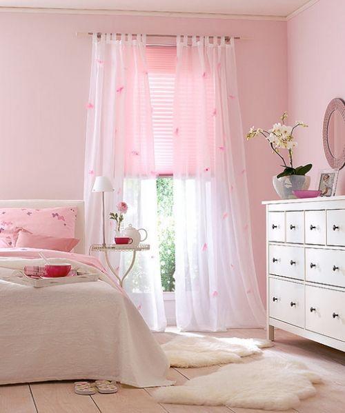 me gusta la tela de la cortina y las alfombras blancas peludas ...