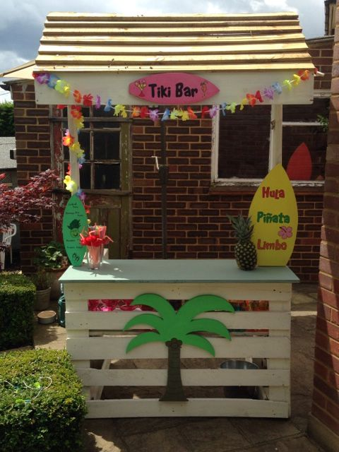 Diy tiki bar made with wooden pallets and left over timber for Building a tiki bar from pallets